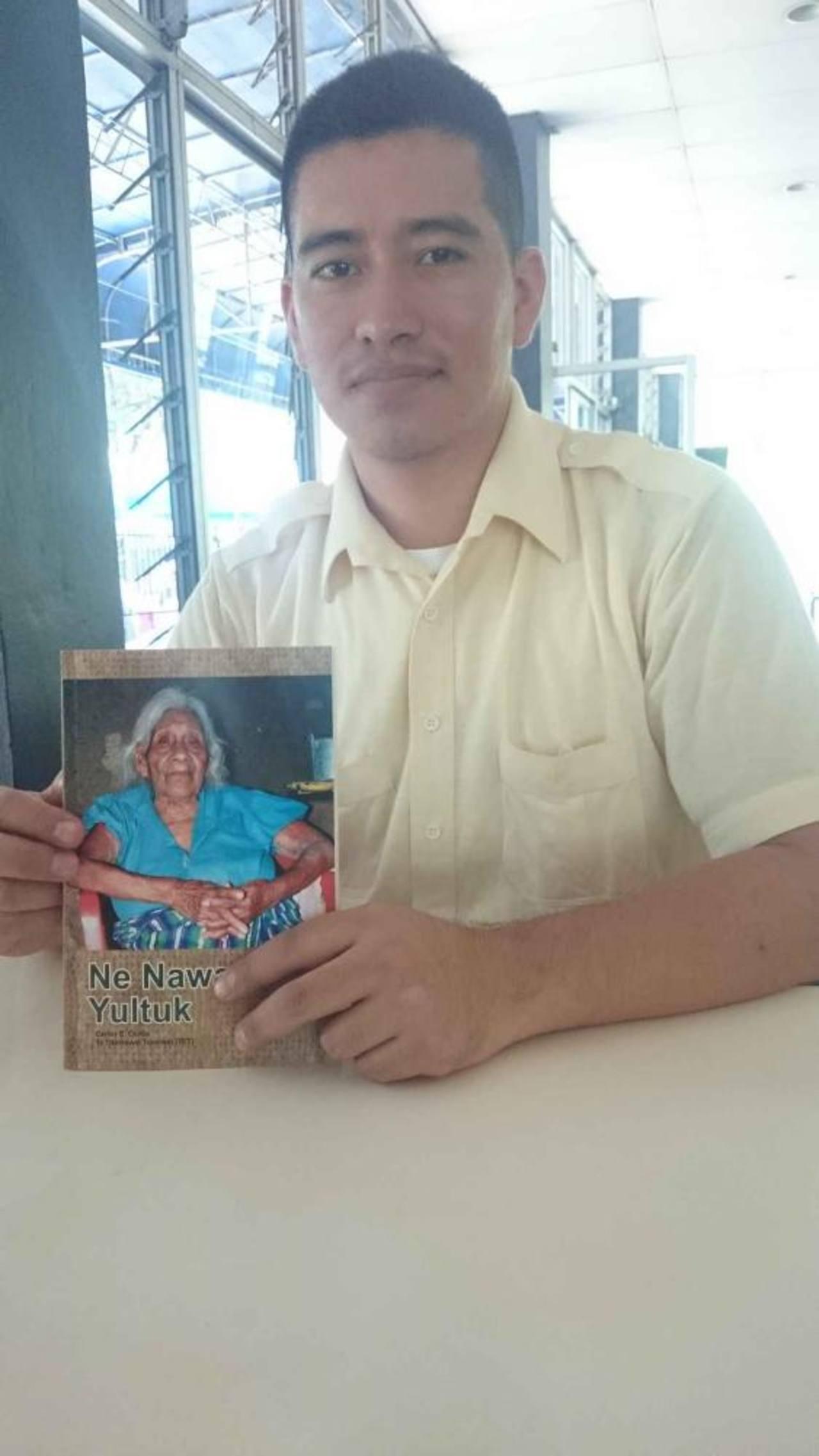 Carlos Cortez junto a su publicación. Foto EDH