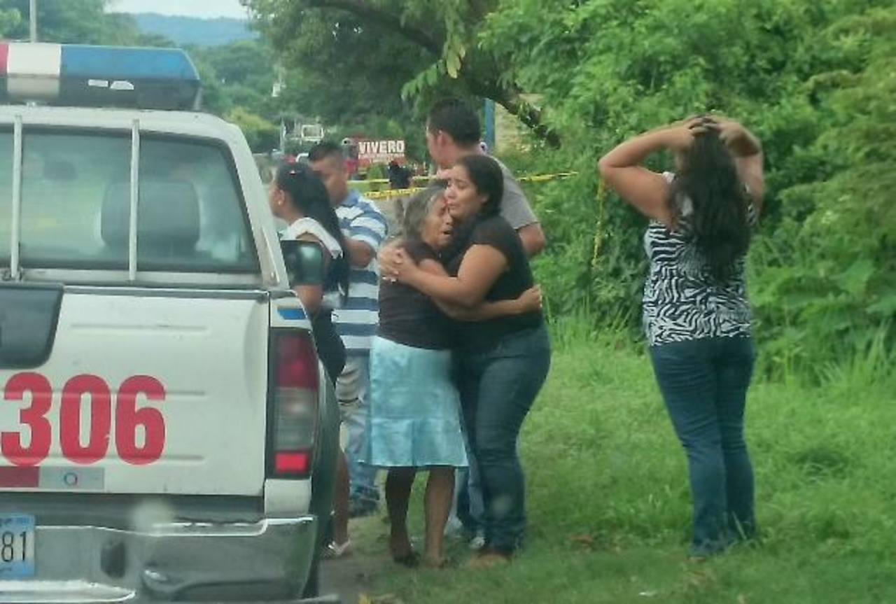 La madre de José Saturnino, asesinado en San Juan Nonualco, es consolada por vecinas. Foto EDH / Jorge Beltrán.