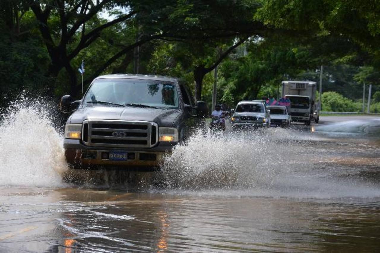 Las inundaciones en la zona de La Canoa, en la carretera Litoral, generan problemas de paso. Foto EDH / Carlos Segovia