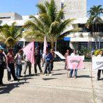 Varias organizaciones afines al FMLN exigieron, ayer, avalar los créditos . Foto edh / marlon hernández.