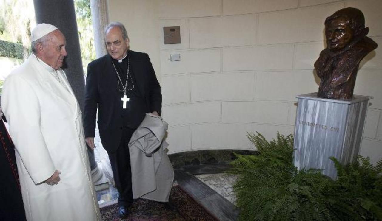 El papa Francisco inauguró una estatua del papa Benedicto XVI junto al canciller de la Academia Pontífica de Ciencias, el obispo y filósofo argentino Marcelo Sánchez Sorondo.