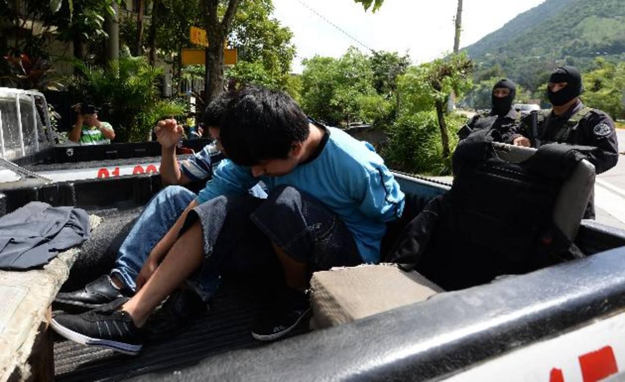 Estos dos jóvenes fueron capturados por policías de la Delegación de San Marcos. Los acusarán de mutilar a un estudiante de octavo grado. Foto EDH / Jaime Anaya.