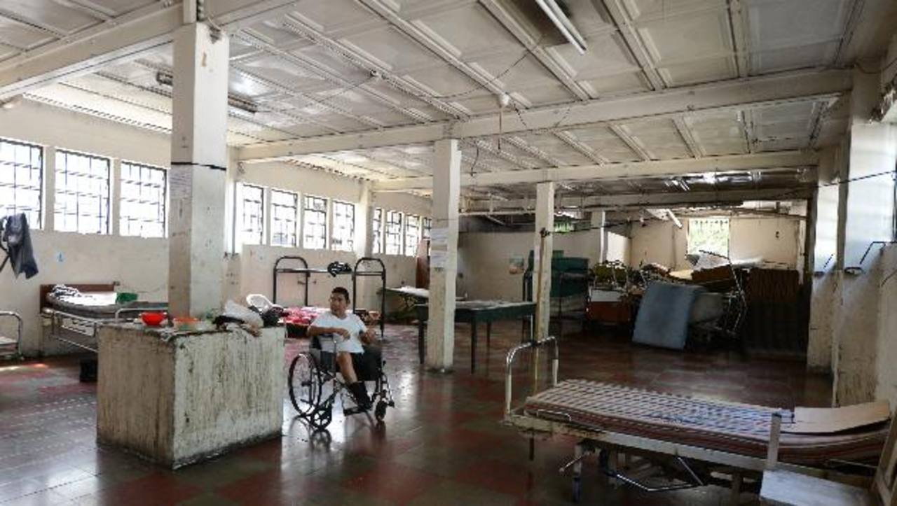 Un hombre permanece en un área del sótano, esta zona será usada por Centros Penales. Fotos EDH / Mauricio Cáceres.