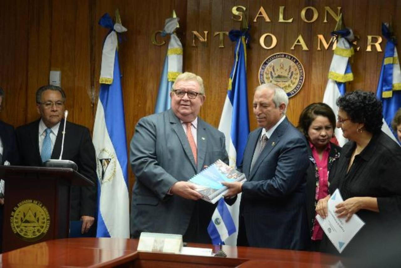 El ministro de Hacienda, Carlos Cáceres, presentó el proyecto de presupuesto a la Asamblea Legislativa. Foto EDH / ARCHIVO