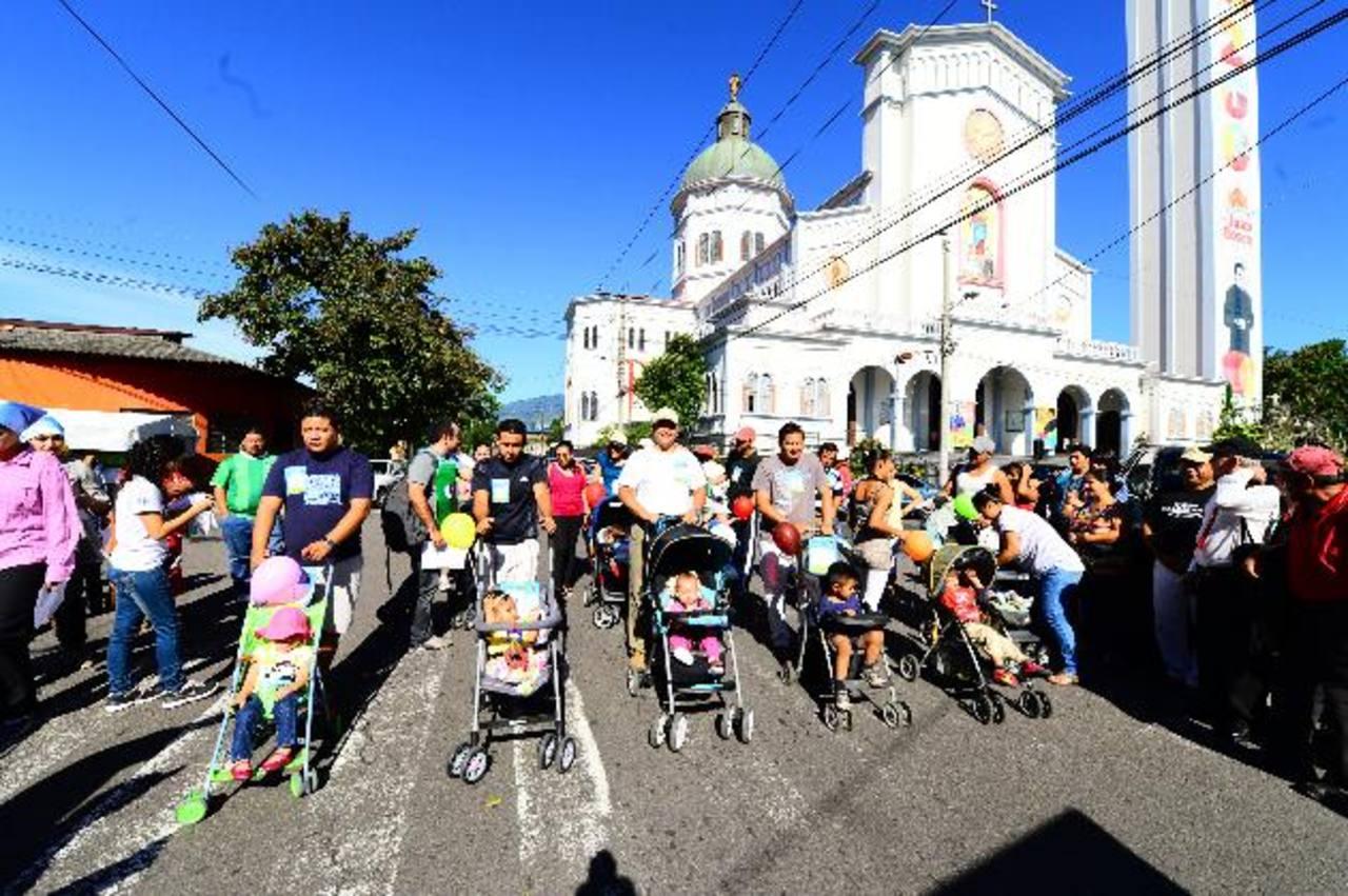 Los participantes recorrieron más de un kilómetro con sus hijos. fotos edh / omar carbonero