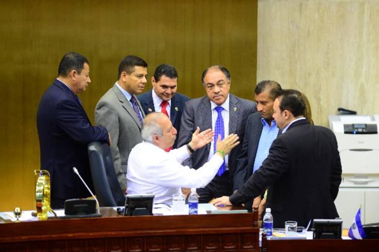 Reyes conversa con colegas de su partido FMLN, GANA y del grupo tránsfuga invalidado por la Sala. Foto EDH / archivo