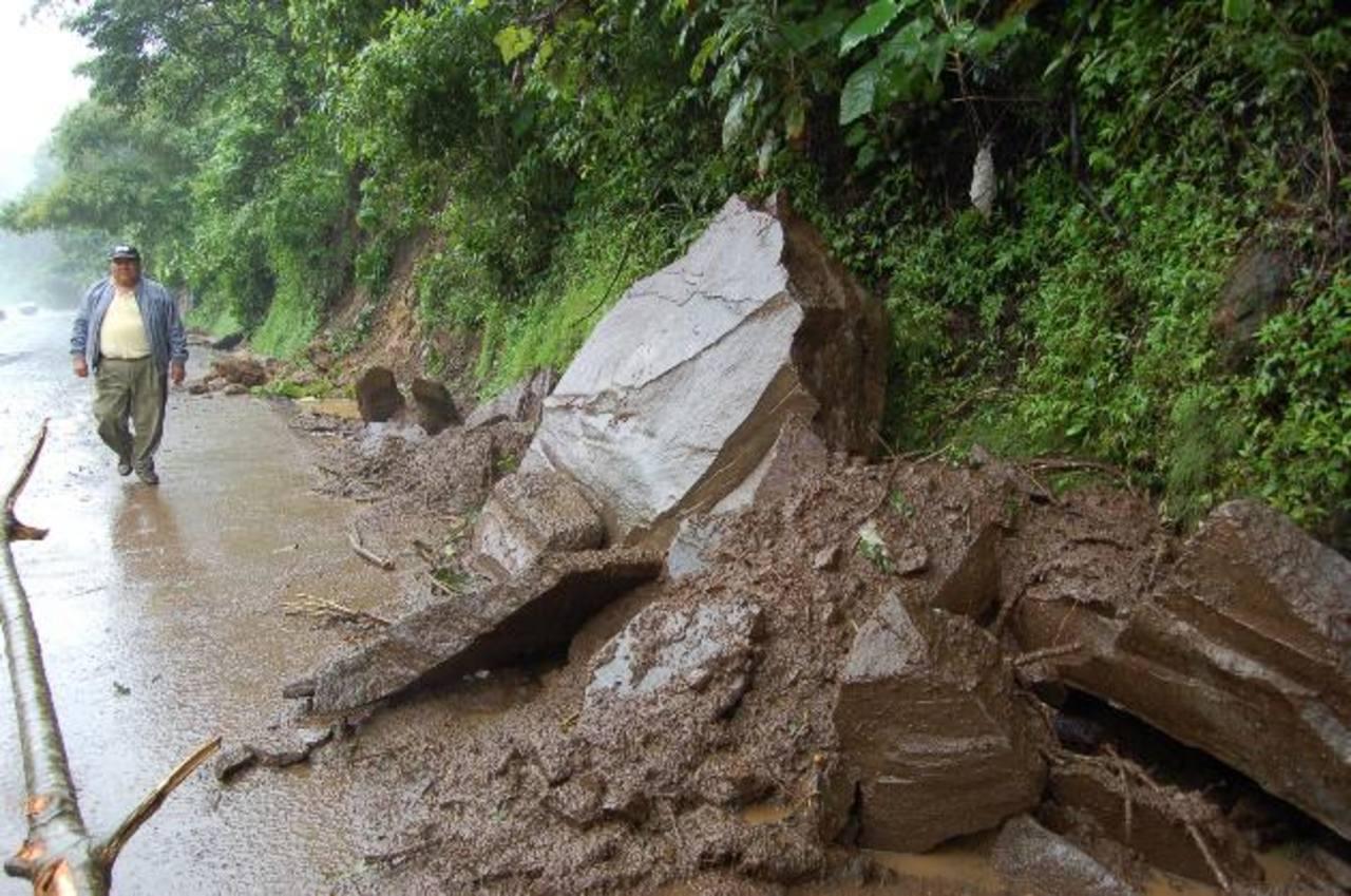 Las lluvias han provocado deslizamientos de tierra y piedras en la carretera Panamericana, en la zona de Los Chorros. Foto edh