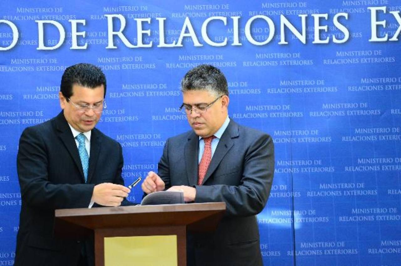 El Canciller Hugo Martínez y su homólogo, Elías Jaua, firmaron el acuerdo de Petrocaribe el 2 de junio pasado. Foto EDH / Archivo