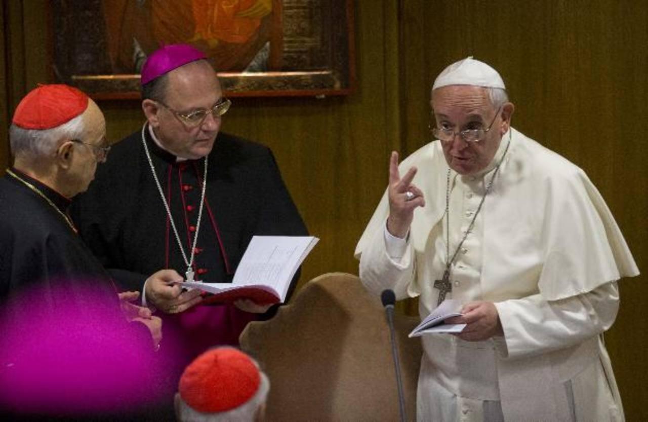 Papa Francisco habla con los obispos durante el Sínodo de la Familia. Foto EDH