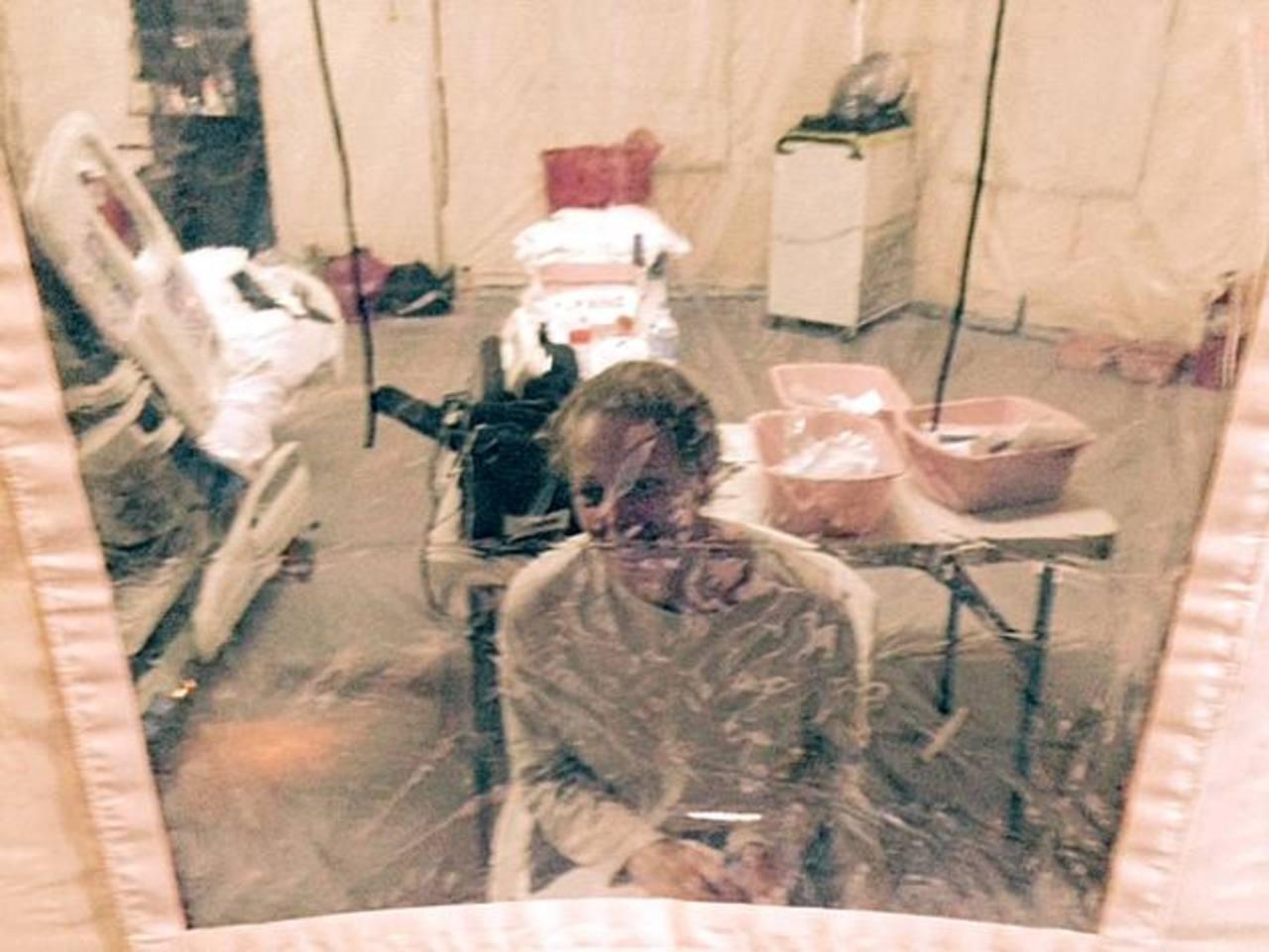 La enfermera Kaci Hickox en una tienda de campaña de aislamiento en el Hospital Universitario de Newark, Nueva Jersey.