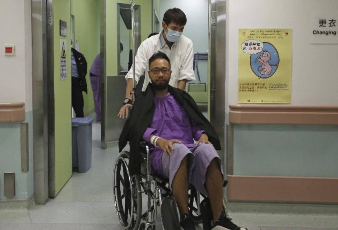 Ken Tsang Kin-chiu es llevado en silla de ruedas para un examen médico en el Hospital Ruttonjee en Hong Kong. Reuters