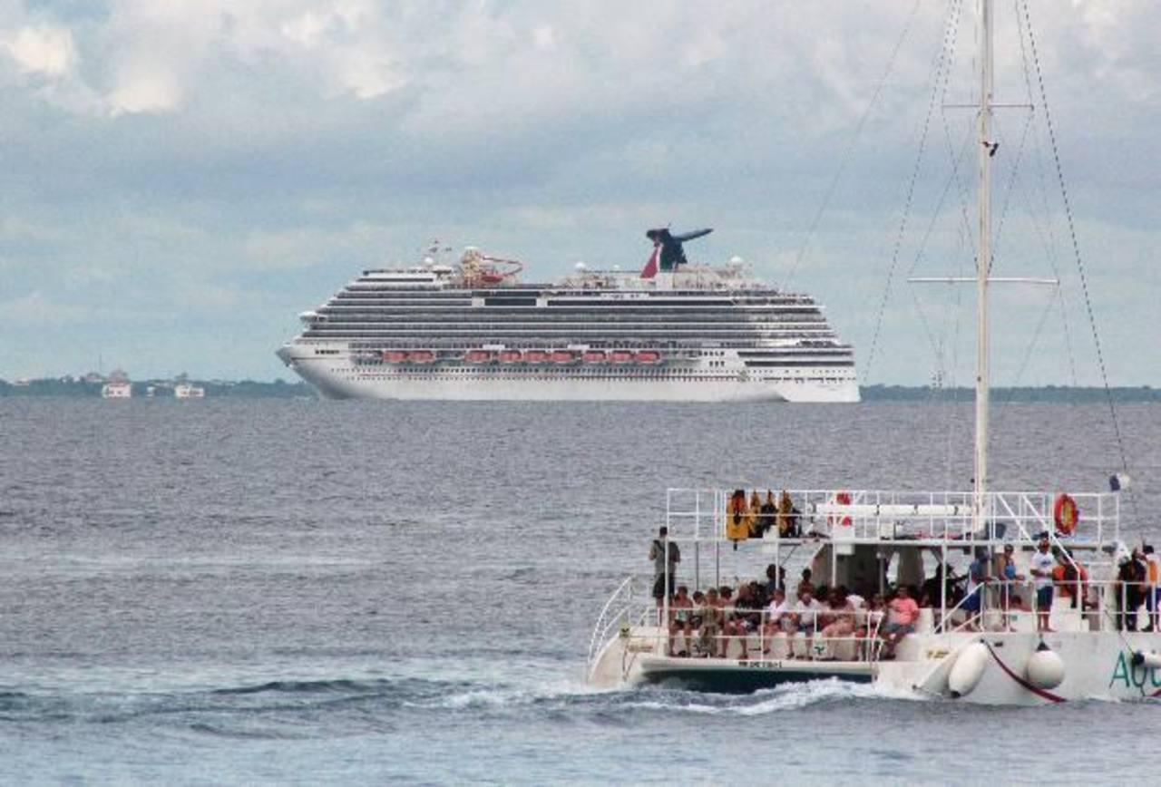 El crucero Carnival Magic es visto cerca de las costas de Cozumel, ayer; el cual tenía programada una parada en Cozumel, México, pero no obtuvo permiso para atracar.