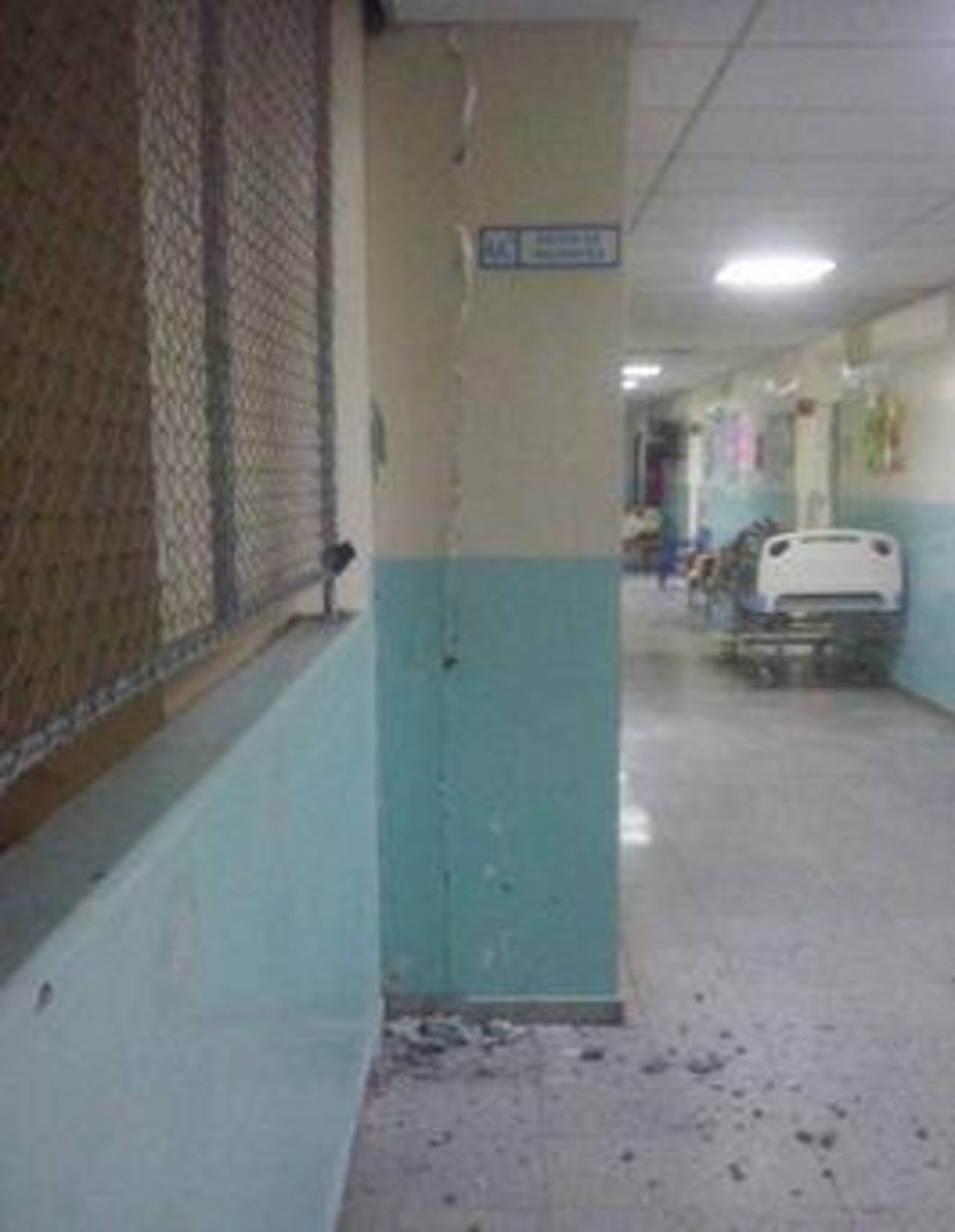 Paredes agrietadas en el Hospital Nacional San Juan de Dios de San Miguel.