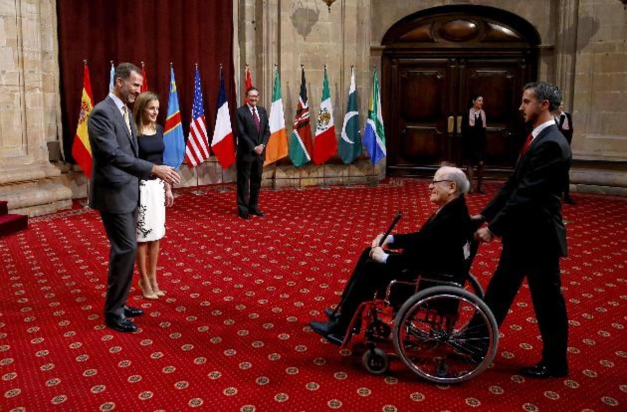 Los reyes Felipe y Letizia saludan al dibujante argentino Quino, en España.