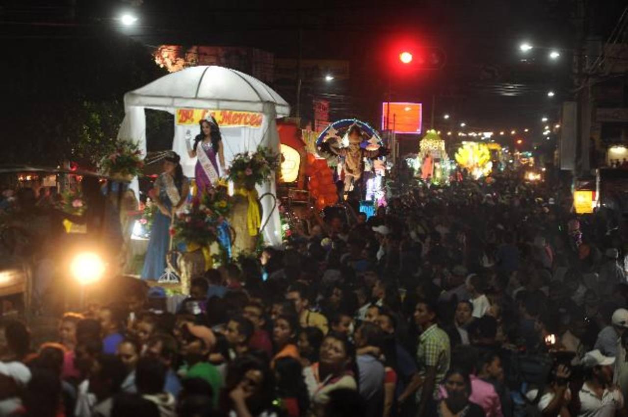 El desfile de carrozas, previo al gran carnaval, es uno de los eventos más esperados por los migueleños. foto edh / archivo