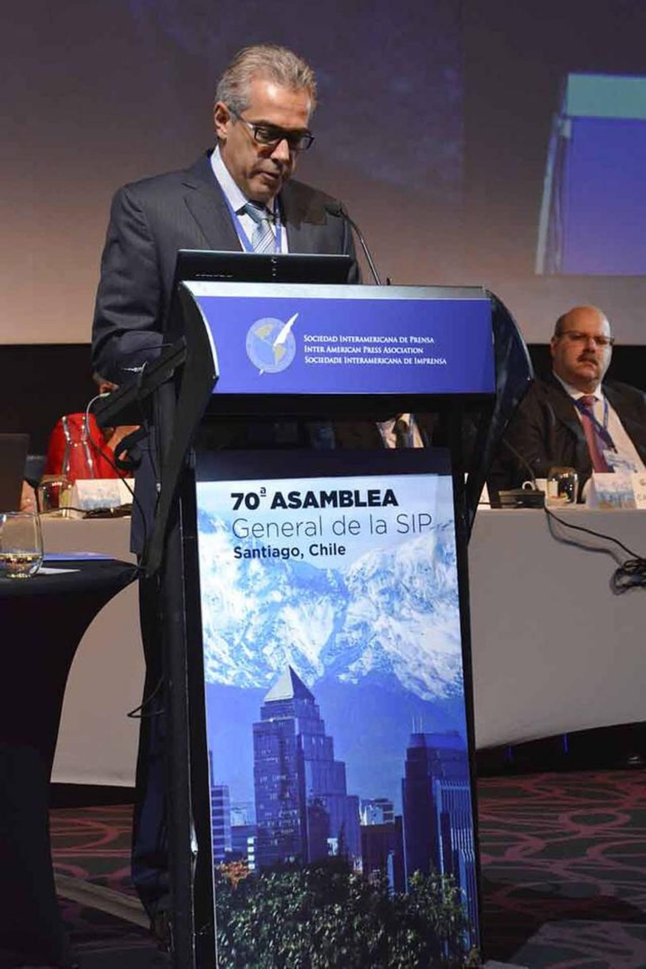 José Rodolfo Dutriz, vicepresidente regional-El Salvador de la SIP, lee el informe ante la Asamblea en Chile. foto cortesía