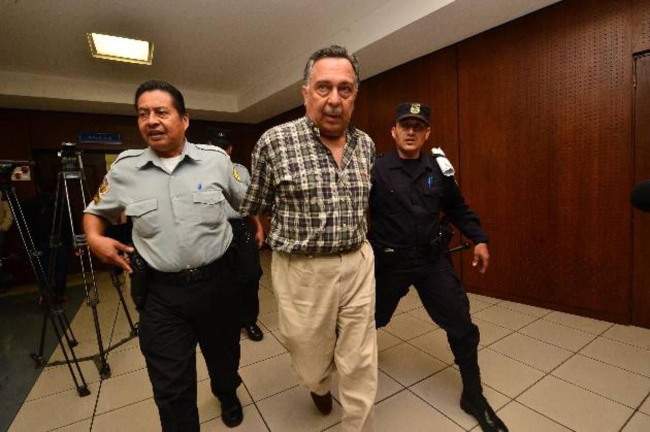 Carlos Perla es llevado al penal de Apanteos, Santa Ana, luego de habérsele denegado la libertad. Foto EDH / RENÉ QUINTANILLA.