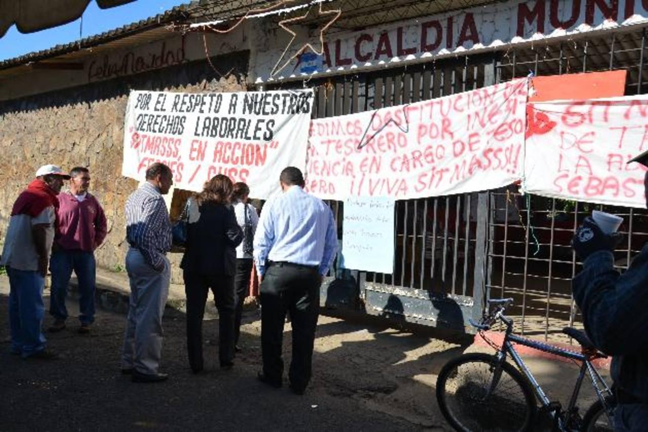 La protesta se mantuvo durante dos días y medio en las oficinas municipales. Foto EDH