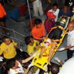 Rescatistas tailandeses cargan en una camilla a una turista herida hacia un hospital después de un choque entre dos barcos cerca del muelle de Phuket, Tailandia.