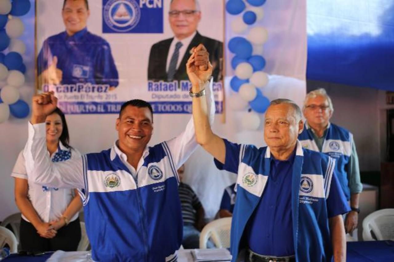 Óscar Pérez, es proclamado por el diputado Rafael Machuca (derecha) como candidato a alcalde. foto edh / cortesia