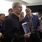 Tim Cook muestra el nuevo iPad Air 2 ayer, en Cupertino, California.