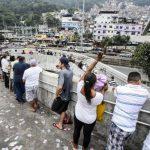 Un grupo de personas hacen fila frente a la favela de Rocinha para elegir en segunda vuelta su presidente para los próximos cuatro años y 14 de los 27 gobernadores.