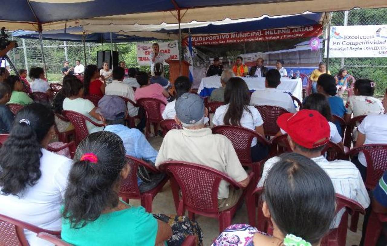 El MOP, la alcaldía y el PNUD informaron a los residentes del municipio sobre las obras que llevarán a cabo en un periodo de tres meses. Foto EDH / iris lima