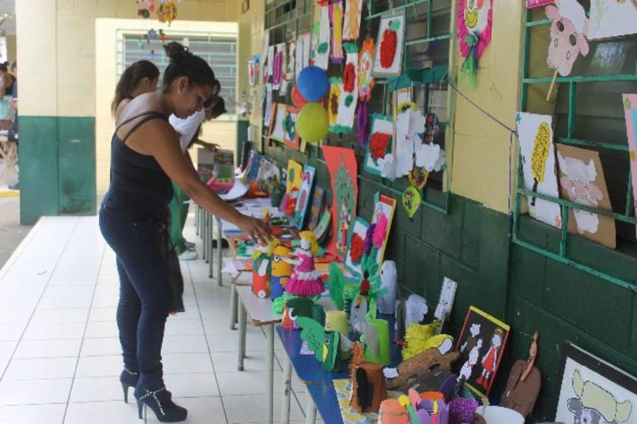 La feria permite la integración de docentes, maestros y padres de familia. Foto EDH / LILIANA FAJARDO