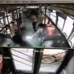 Explota celular en manos de pasajera y desata pánico en un autobús
