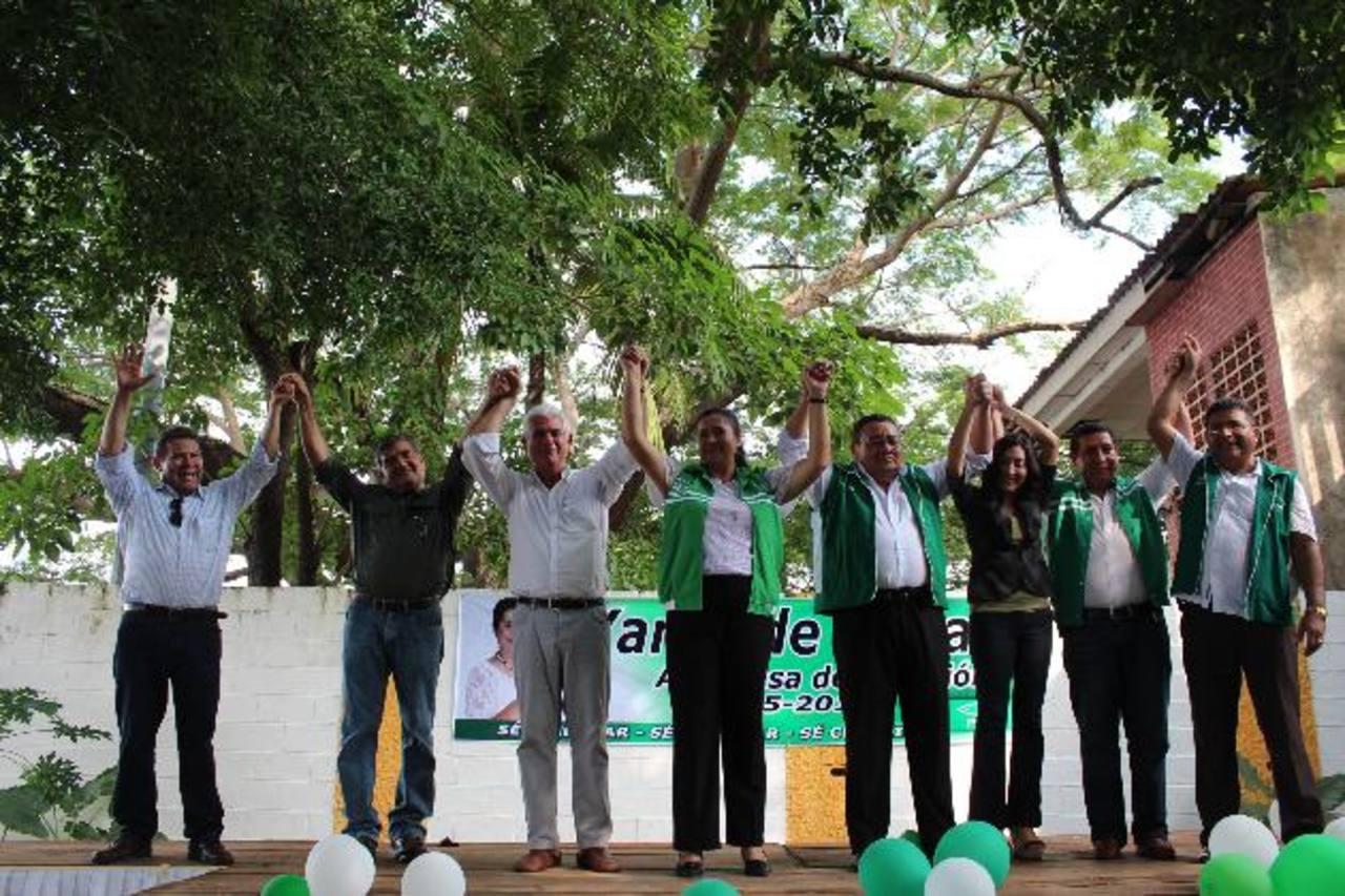 Rodolfo Parker y otros dirigentes del PDC celebran la juramentación de su candidata Yanet de Macay. foto edh / cortesía
