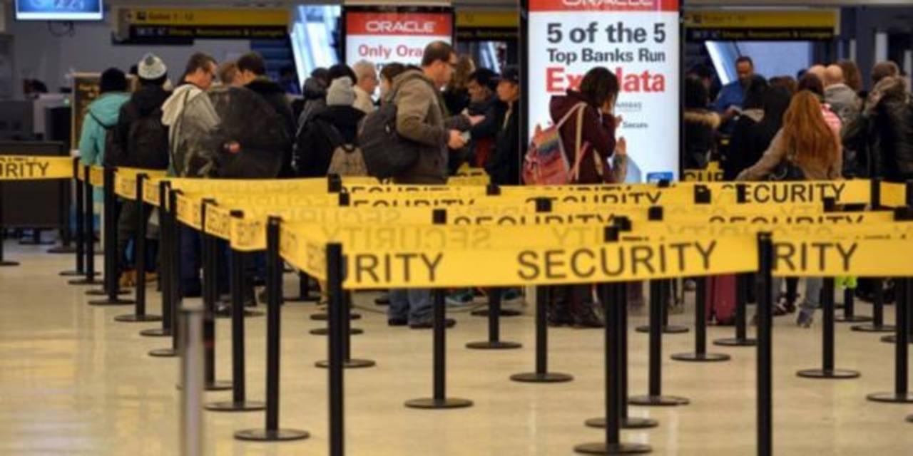 EE.UU. hará más controles contra ébola en aeropuertos dentro y fuera del país