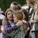 Dos niñas se abrazan en una zona donde fueron desalojadas para esperar a sus familias tras el tiroteo. foto edh / Reuters