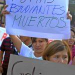 Activistas marchan en apoyo a los 43 jóvenes desaparecidos en Iguala, Guerrero.