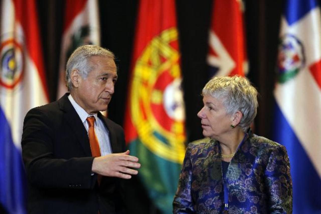 El canciller de Chile, Heraldo Muñoz (i), habla con la presidenta de la Sociedad Interamericana de Prensa (SIP), Elizabeth Ballantine. foto edh / efe