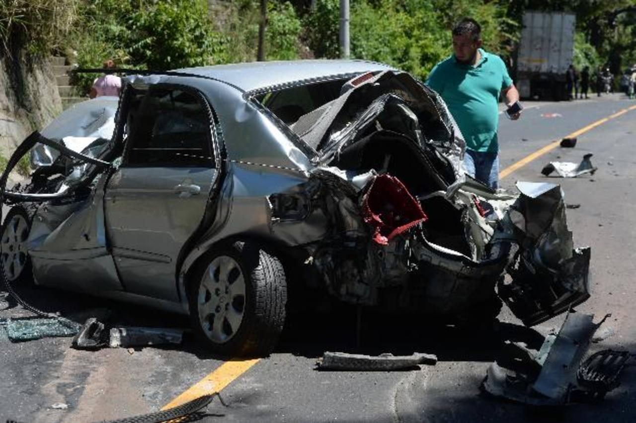Este vehículo resultó con el peor daño en la Troncal del Norte. Fotos EDH / MARLON HERNÁNDEZ.