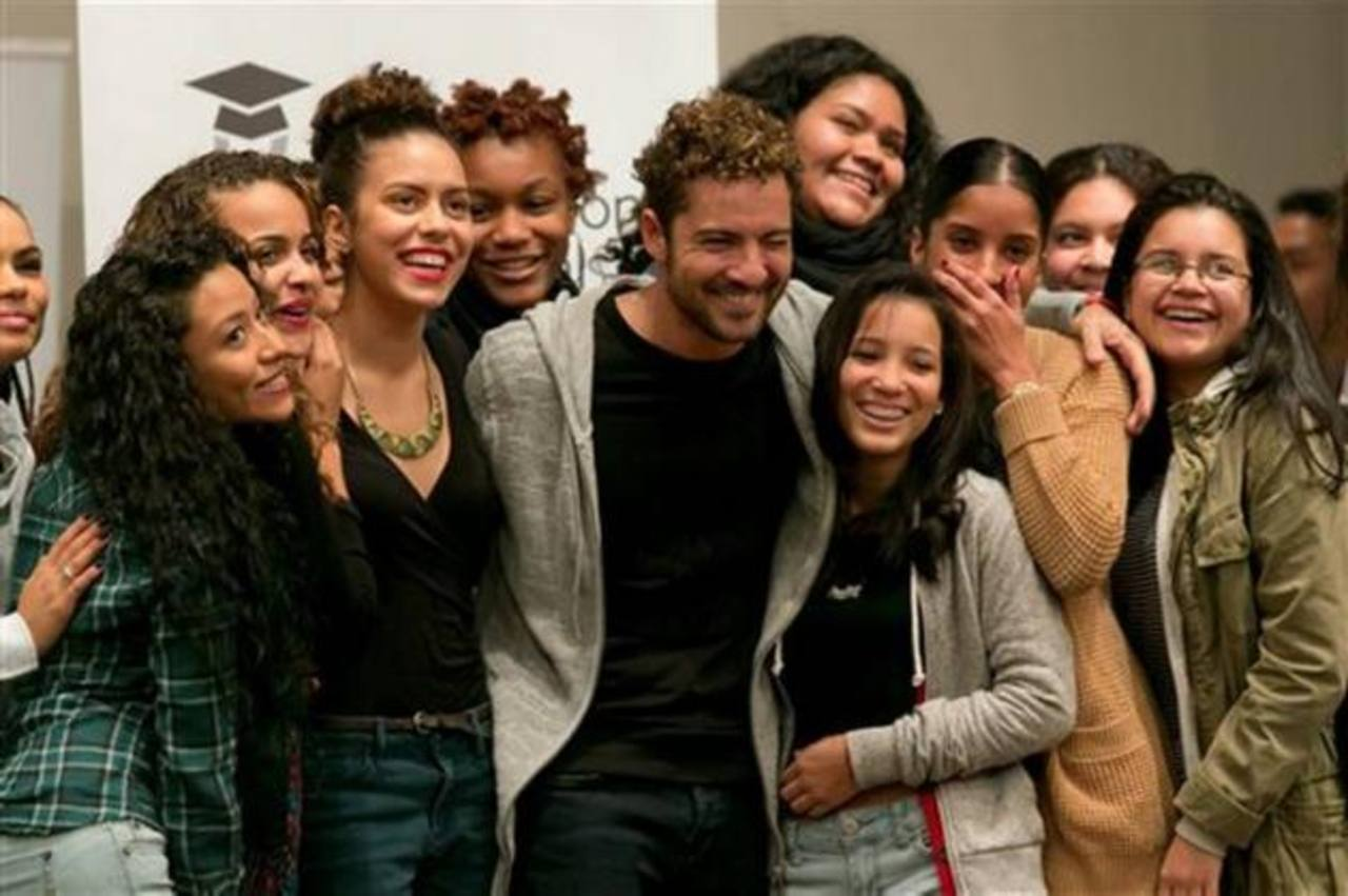 David Bisbal posa con estudiantes de la Escuela Secundaria de Música Celia Cruz. Fotos EDH / AP