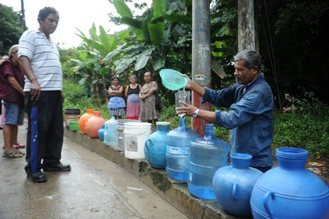 Los pobladores están desesperados por la falta de agua potable y se abastecen con agua lluvia. Foto EDH / Miguel villalta.