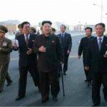 El diario oficial Rodong Sinmun publicó varias fotografías en las que Kim (c) aparece portando un bastón. foto edh / internet
