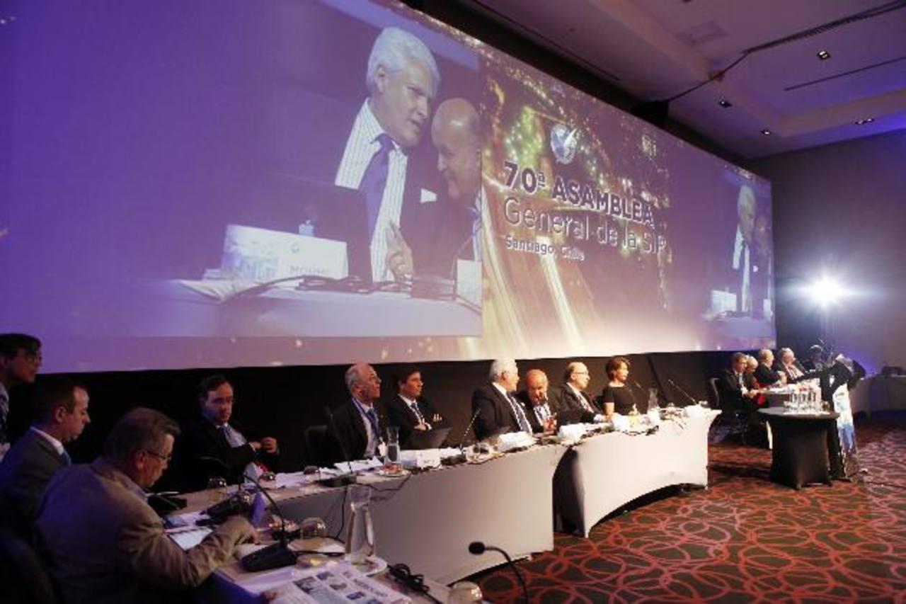 Directivos de la SIP presiden una de las sesiones celebradas en el contexto de la Asamble General de la organización que se realiza en Chile. foto edh / EFE