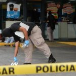 Jonathan Gálvez, de 28 años, fue asesinado en una gasolinera, en la zona del parque Infantil, en San Salvador. Recién había salido de trabajar. Un compañero fue herido. Foto EDH / Jaime Anaya