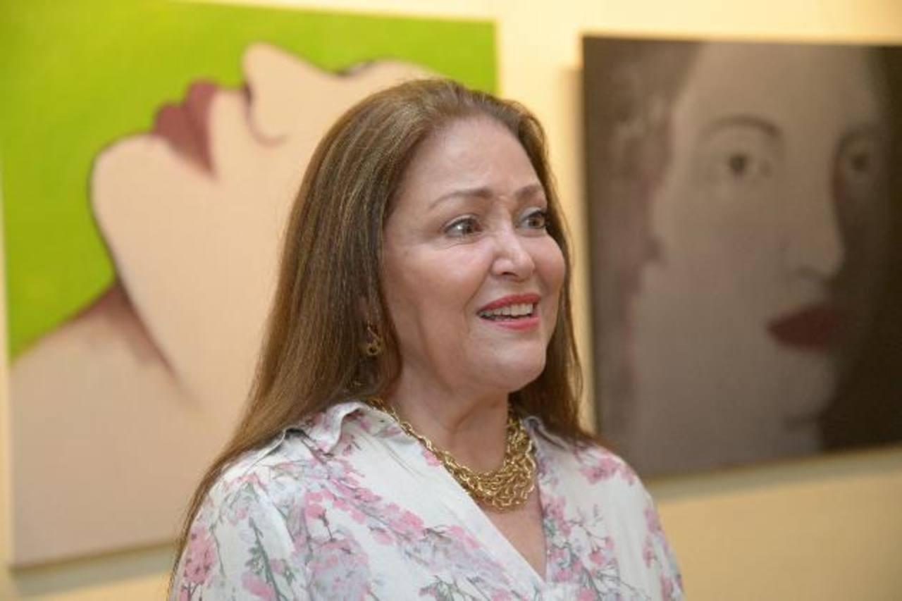 La pintora colombiana, Eddy Galvis, resalta en su obra la figura femenina y objetos relacionados con el tema.