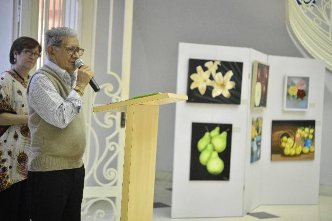 El artista Armando Solis durante la inauguración de la exhibición. Foto EDH / René Quintanilla