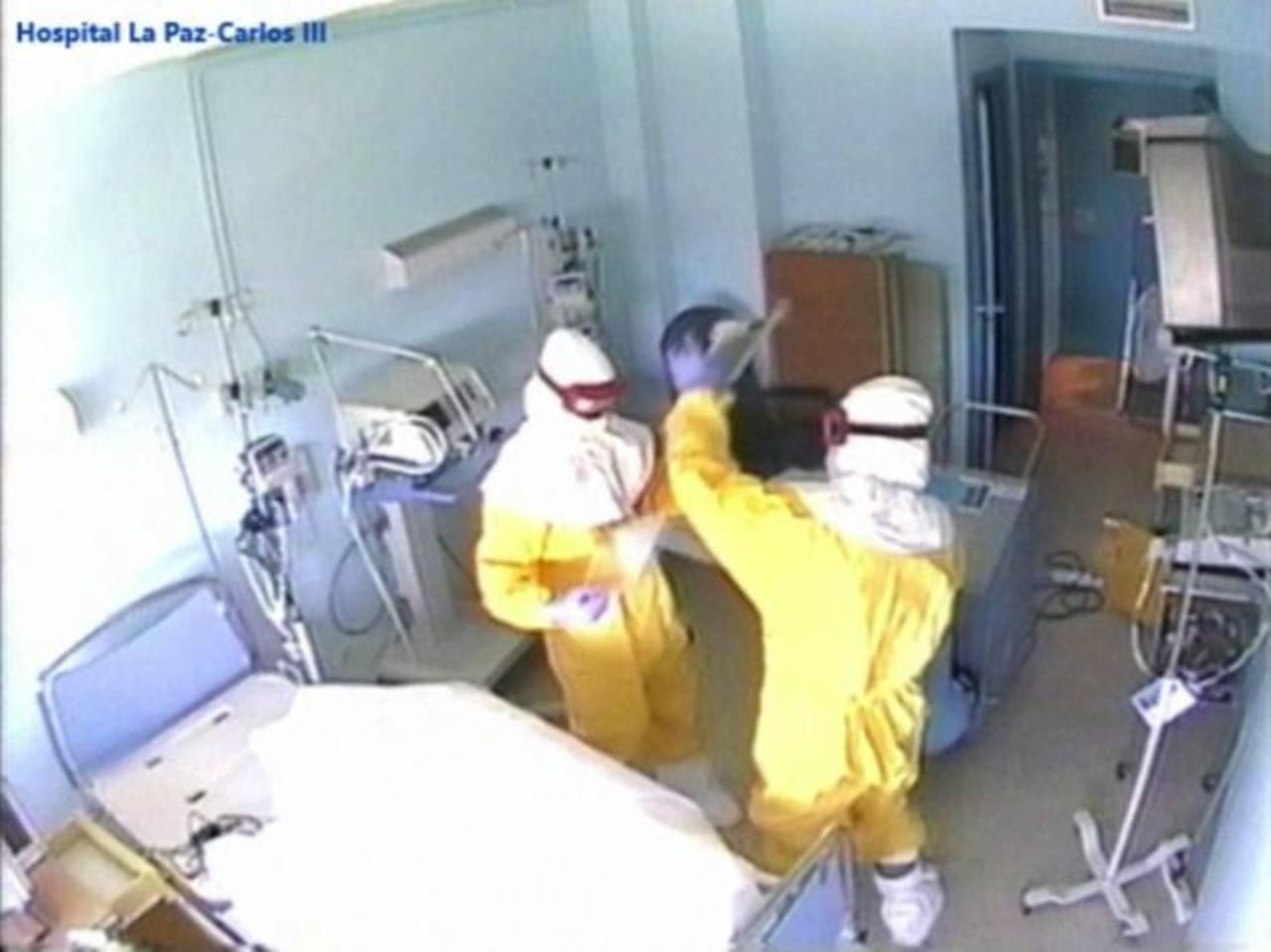 Imagen (captada de un vídeo) facilitada por la Dirección Regional de Salud de Madrid que muestra empleados sanitarios limpiando la habitación de hospital del sacerdote español Miguel Pajares, quien murió de ébola, bajo el protocolo que habría usado T