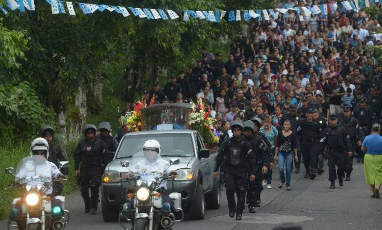 Decenas de amigos, vecinos y compañeros de trabajo despidieron al policía de la UMO y atleta, Johnny Rivas. Fotos EDH / Marvin Recinos
