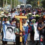 Familiares de los jóvenes desaparecidos y estudiantes de la Escuela Normal de Ayotzinapa participaron en un acto religioso en el mismo sitio donde murieron tres alumnos por los disparos de la policía municipal el 26 de septiembre pasado, en Iguala, M