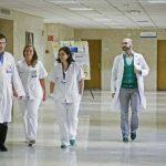 El equipo médico que atiende a enfermera española contagiada con el virus del Ébola, Teresa Romero, momentos antes de informar que Teresa ha superado la infección.