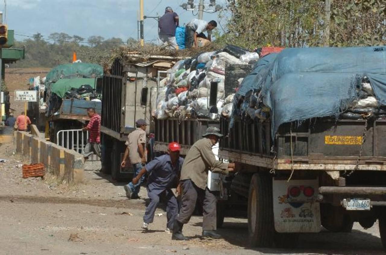Silvia de Linares, Ángel Ibarra y Manlia Romero informaron sobre los problemas de la basura. Foto EDH / Mauricio Cáceres