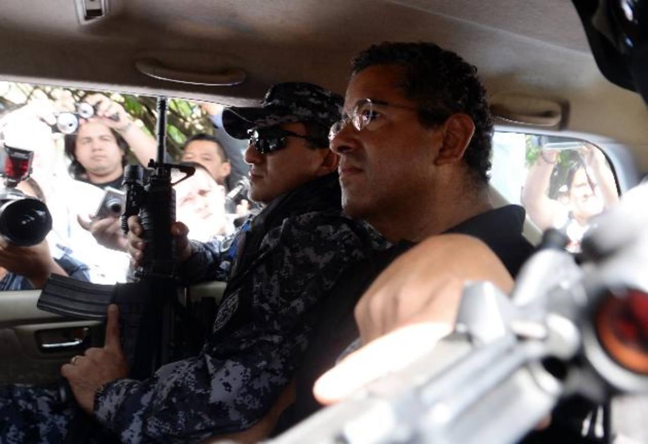 Expresidente Flores durante su traslado a centro asistencial.