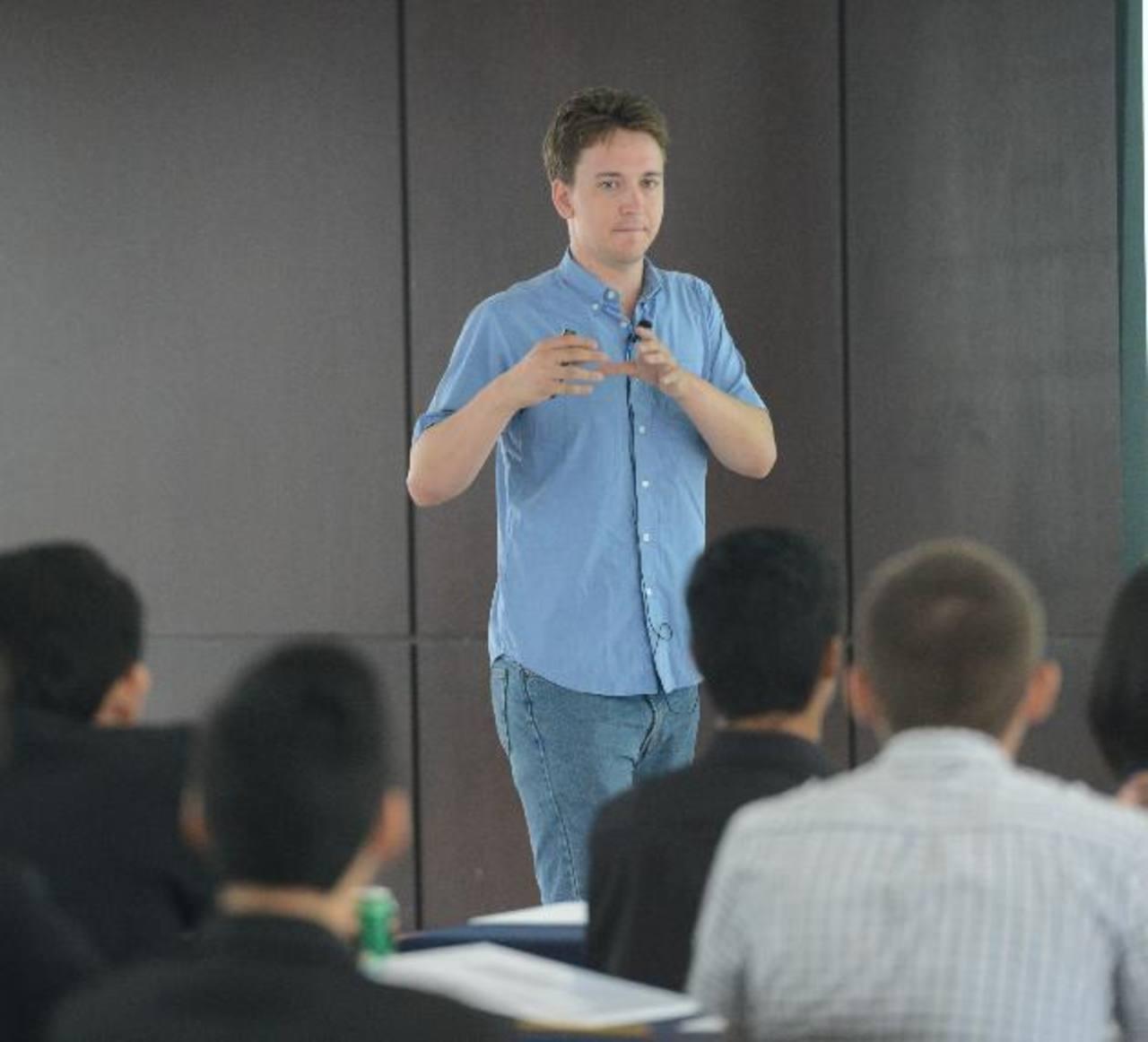 Mark Lutter habló sobre la eficiencia de las instituciones del Estado. Ejemplificó el caso de países con estado fallido como unos países africanos y Corea del Norte. Foto EDH / Douglas Urquilla