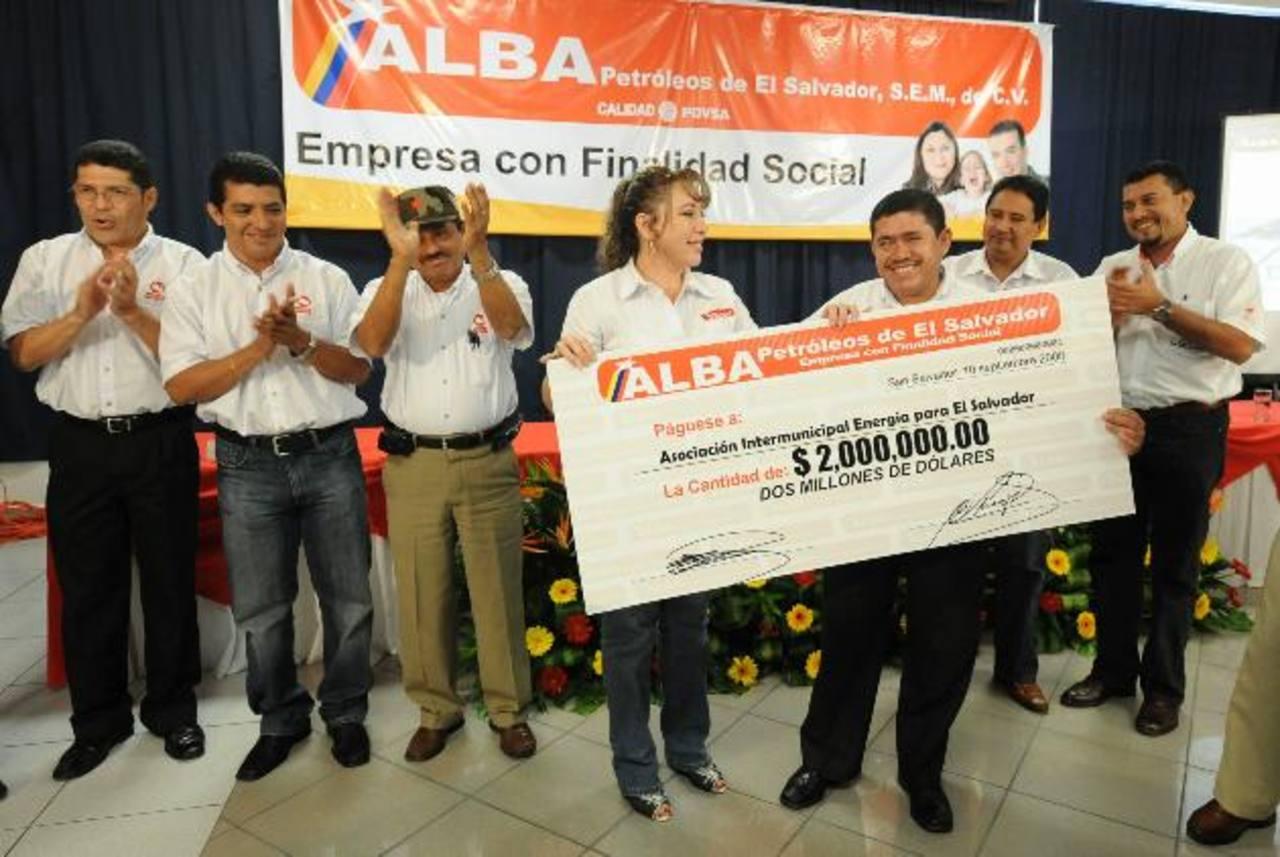 Entrega de cheque, en 2008, por parte de Alba Petróleos a entonces alcaldes, miembros de Enepasa. foto EDH / archivo